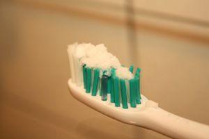Чи можна чистити зуби содою: всі за і проти