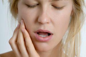 При натисканні на зуб він болить: методи першої допомоги